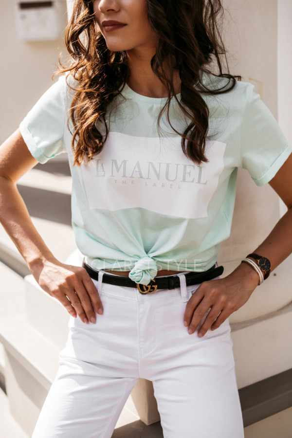 Pastelowe i białe T-shirty do letnich stylizacji. Z czym je łączyć?